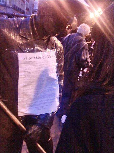 Proclana nocturna en el pecho de bronce de El Barrendero, en lo alto de la calle Carretas.