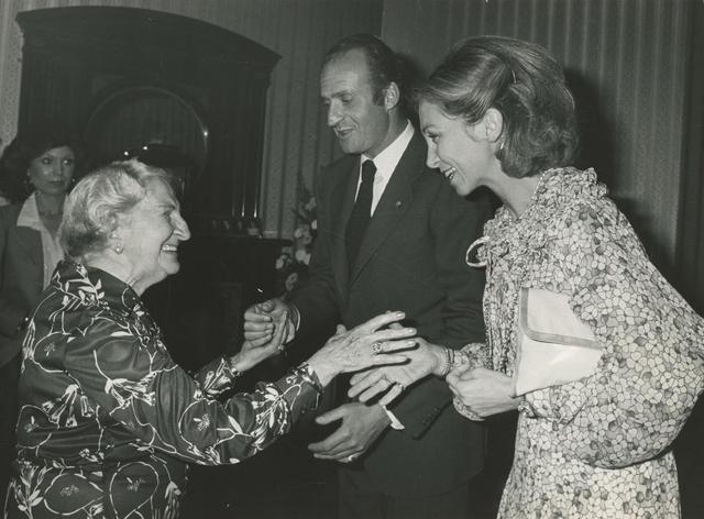 La viuda del ex-presidente Azaña, saludada por los Reyes